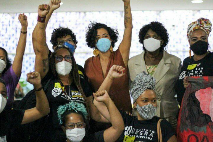Áurea Carolina assina superpedido de impeachment de Bolsonaro